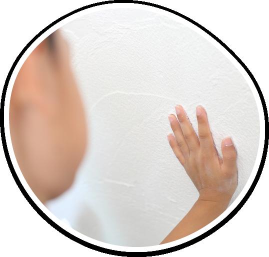 子供が壁に手形を押している写真