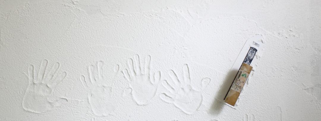 スイスウォールに手形を押した写真