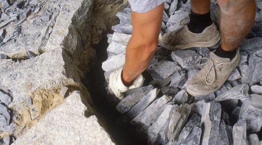アルプス山脈から石灰石を発掘している写真