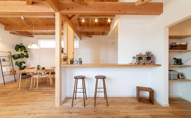 スイスウォールを使用した家の内装写真