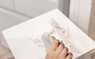 漆喰を塗っている写真